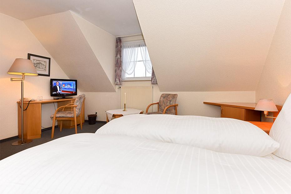 Fotos doppelzimmer seeschwalbenzimmer im hotel for Zimmer neuharlingersiel